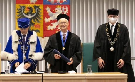 VŠE udělila čestný doktorát Robertu S. Kaplanovi, odborníkovi na strategické řízení